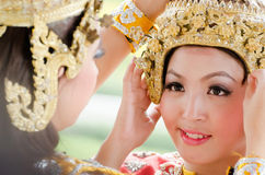 Den oidentifierade dansaren utför thailändsk folkdans Royaltyfri Foto