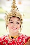 Den oidentifierade dansaren utför thailändsk folkdans Arkivbild