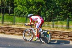Den oidentifierade deltagaren av 70th turnerar de Pologne som cyklar det 7th etapploppet i Krakow, Polen Arkivfoto