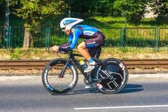 Den oidentifierade deltagaren av 70th turnerar de Pologne som cyklar det 7th etapploppet i Krakow, Polen Arkivbilder