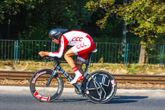 Den oidentifierade deltagaren av 70th turnerar de Pologne som cyklar det 7th etapploppet i Krakow, Polen Turnera D Royaltyfria Bilder