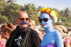 Den oidentifierade kvinnan med blått flår och en man med en blå mustasch på den årliga festivalen av missfoster, den Arambol stran Fotografering för Bildbyråer
