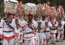 Den oidentifierade mannen i den traditionella Kukeri dräkten ses på festivalen av maskeradlekarna Kukerlandia i Yambol, Bulgarien Royaltyfri Fotografi