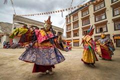 Den oidentifierade munken i maskering utför en maskerad och kostymerad gåtadans för klosterbroder av tibetan buddism arkivfoton