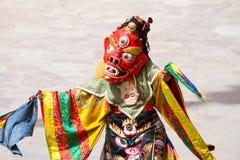 Den oidentifierade munken utför en maskerad och kostymerad gåtadans för klosterbroder av tibetan buddism Royaltyfri Fotografi
