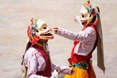Den oidentifierade munken utför en maskerad och kostymerad gåtadans för klosterbroder av tibetan buddism Royaltyfria Bilder