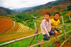 Den oidentifierade person som tillhör en etnisk minoritet lurar att koppla av på berget Royaltyfri Foto