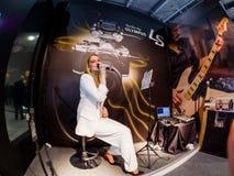 Den oidentifierade sångaren visar den stereo- ljudsignal registreringsapparaten LS-100 Royaltyfri Fotografi