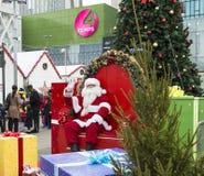 Den oidentifierade Santa Claus på jul marknadsför i Puteaux cit Royaltyfri Bild