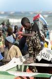 Den oidentifierade senegalesiska pojken i militärflåsanden står i boaen fotografering för bildbyråer