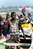 Den oidentifierade senegalesiska pojken i militärflåsanden står i boaen royaltyfria bilder