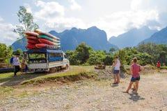 Den oidentifierade turist- portionbilen klibbade i gyttjan på en väg Arkivbild