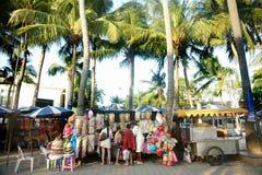 Den oidentifierade turisten på souvenir shoppar i Thailand Royaltyfri Bild
