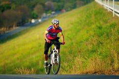 Den oidentifierade turisten rider en bergcykel-cykel för att resa runt om pang den Phra behållaren Royaltyfria Bilder