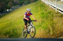 Den oidentifierade turisten rider en bergcykel-cykel för att resa runt om pang den Phra behållaren Arkivbild