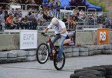 Den oidentifierade unga mannen rider hans BMX Bik Arkivfoto