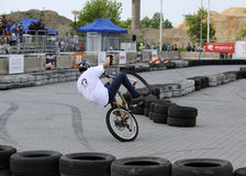 Den oidentifierade unga mannen rider hans BMX-cykel Arkivfoto
