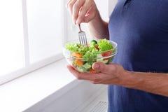 Den oigenkännliga mannen har sund lunch som äter bantar grönsaksala Royaltyfri Fotografi