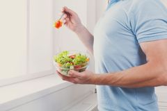 Den oigenkännliga mannen har sund lunch som äter bantar grönsaksala Arkivfoton