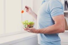 Den oigenkännliga mannen har sund lunch som äter bantar grönsaksala Royaltyfri Bild