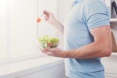 Den oigenkännliga mannen har sund lunch som äter bantar grönsaksallad Royaltyfria Bilder