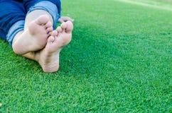 den oisolerade foten gräs green royaltyfria bilder