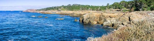 Den ojämna Stilla havetkustlinjen, punktLobos statlig naturlig reserv, Carmel-vid--hav, Monterey halvö, Kalifornien Arkivfoton