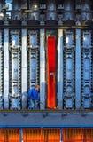 Den okända arbetaren gör ren stupad cola från en öppen ugn på colasidan av batteriet Arkivfoton