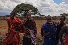 Den okända byn nära Amboselli parkerar, Kenya - April 02, 2015: Okänt royaltyfri fotografi