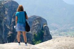 Den okända flickan i Meteora (Grekland) beundrar sikten Royaltyfri Bild