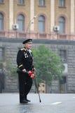 Den okända gamala mannen veteran av kriget med utmärkelser, med blommor och i en likformig, i dag av processionen av kommunister Fotografering för Bildbyråer