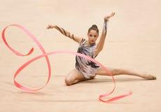 Den okända gymnasten utför arkivfoto