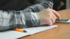 Den okända mannen skriver text genom att använda pennan i anteckningsbok stock video