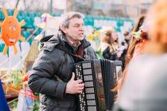 Den okända mannen spelar den dragspels- folk vitryska musiken på Celebra arkivfoton