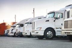 Den olika amerikanen åker lastbil i rad arkivbild