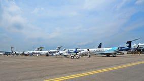 Den olika Embraer och Gulfstream ledaren sprutar ut på skärm på Singapore Airshow Royaltyfria Bilder