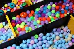 Den olika sorten av färgrika pärlor stänger sig upp Royaltyfri Foto