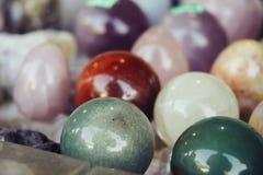 Den olika stenen eller vaggar polerade bollar, magiska esoteriska mineralobjekt eller geologi texturerade rundaprövkopior Arkivbild