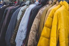 Den olika stilvintertorkduken på kuggen i vinter shoppar Fotografering för Bildbyråer