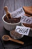 Den olika superfoodschiaen, quinoaen, lin kärnar ur Royaltyfri Fotografi