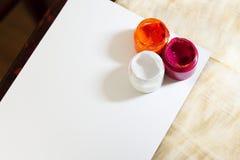 Den olika teckningen målar på det vita stycket av papper arkivfoton