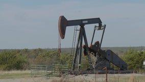 Den olje- pumpen i bygden av Oklahoma - pumpa stålar arkivfilmer