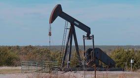 Den olje- pumpen i bygden av Oklahoma - pumpa stålar lager videofilmer