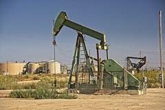 Den olje- `-pumpen silar ` som pumpar olja Arkivbild