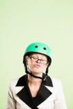 Rolig kvinna som ha på sig verklig cykla rosa bakgrund för hjälmstående Arkivbilder
