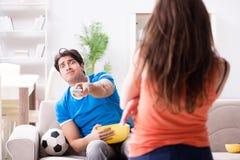 Den olyckliga frun som maken håller ögonen på fotboll arkivbild
