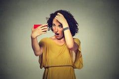 Den olyckliga frustrerade unga kvinnan förvånade henne förlorar hår, högt hårfäste Arkivbild