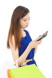 Den olyckliga kvinnan är så ledsen att kontrollera plånboken Arkivfoton