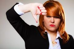 Den olyckliga kvinnan som ger tummen gör en gest ner Arkivbilder