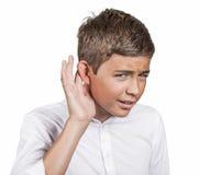 Den olyckliga lomhörda mannen som förlägger handen på örat som frågar, talar upp arkivbild